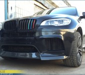 Перетяжка настоящим 100% карбоном и установка спойлера переднего бампера Vorstainer на BMW X6M